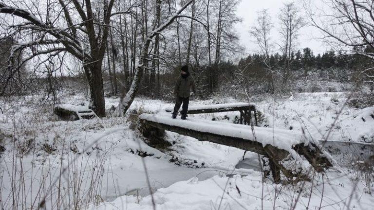 bach-ueberqueren-winter-firmen-teambildung-natur